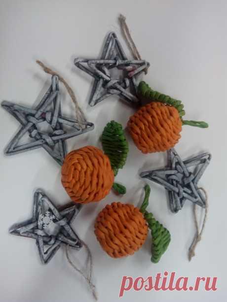Мандарины и звёздочки из газетных трубочек