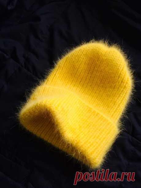 Шапка вязаная с отворотом  из пуха норки. Связана из нескольких нитей-очень теплая, не продувает.Мягкая и легкая. В наличии цвета- синий и желтый-очень красивые цвета в реале. Размер универсальный,большой отворот.
