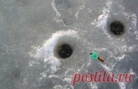 Зимняя рыбалка на две лунки. Хитрый способ, который не оставит без улова | FishManual.ru - рыбалка! | Яндекс Дзен