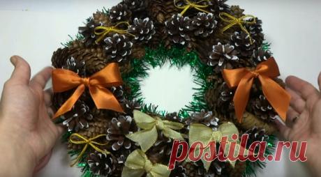 Рождественский венок из шишек, мишуры, природных материалов своими руками