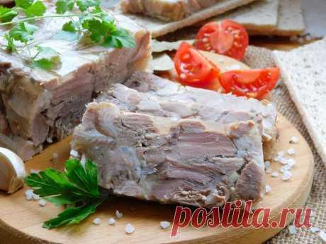 И колбаса не нужна - зельц из рульки Зельц – спрессованный мясной продукт с добавлением различных субпродуктов. Это блюдо похоже на холодец, но различия все же существенны. Сегодня сделаем домашний зельц, и использовать будем только мясистую свиную рульку, получится очень вкусно.