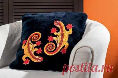 Подушка с росписью по ткани и аппликацией. Тема дня: ящерицы