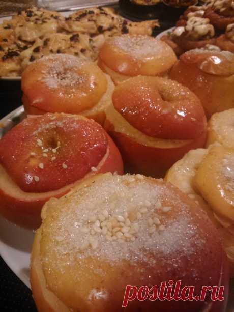 Запечёные яблоки с мёдом. Просто, вкусно и полезно.Срезать шляпку  у яблока, ложкой удалить семечки.Начинку можно любую, по своему желанию, чернослив, творог, орешки и мёд, накрываем срезаной шляпкой и в духовку 180 град.на 15-20 мин.. Приятного аппетита :)