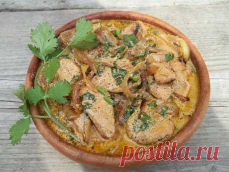 Курица в мультиварке в сметанном соусе  Ингредиенты:  курица – 1 шт. (1,2-1,5 кг) лук – 2-3 луковицы сметана – 200 гр (10-15% жирности) соль набор специй для курицы укроп, лавровый лист масло подсолнечное – 3-4 ст.л.  Приготовление:  1. Куриную тушку моем в проточной воде и разрезаем на правильные порционные кусочки. Если у вас не целая курица, а куриные бедрышки, филе или крылья – без разницы, вполне подойдут для нашего блюда. 2. Включаем мультиварку в режим «Выпечка» («Ж...