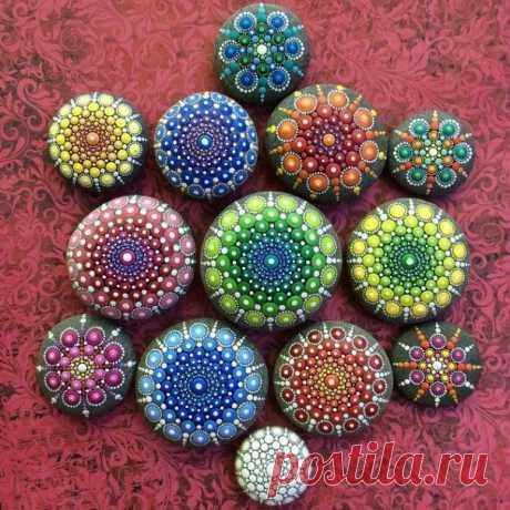 Художница рисует на камнях тысячи крошечных точек, создавая красочные
