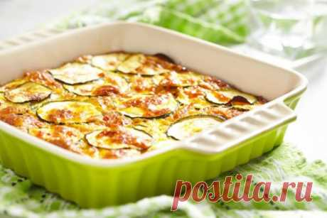 Запекаем кабачки в духовке. Простые рецепты вкусных блюд Блюда приготовленные в духовке из кабачков получаются восхитительными. Многие хозяюшки с началом лета готовят множество вкусностей из этого овоща: фаршированные кабачки, ароматные запеканки или просто запеченные кабачки под сыром, зеленью в духовке. Каждый кулинар выбирает сочетание на свой вкус, а вариантов огромное количество! Предлагаем несколько интересных рецептов вкусных блюд из кабачков в духовке!