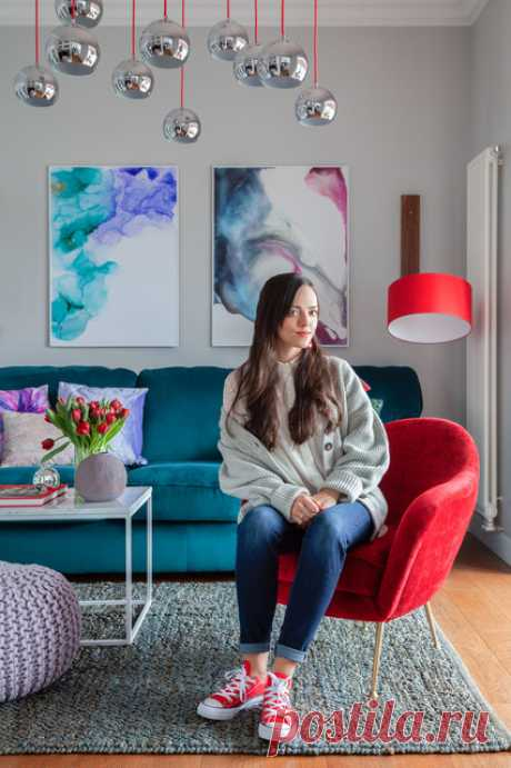 В своей квартире дизайнер собрала элементы разных стилей. Основа – светло-серый фон, а жизни и красок добавили лаконичная современная мебель и предметы с уклоном в неоклассику.