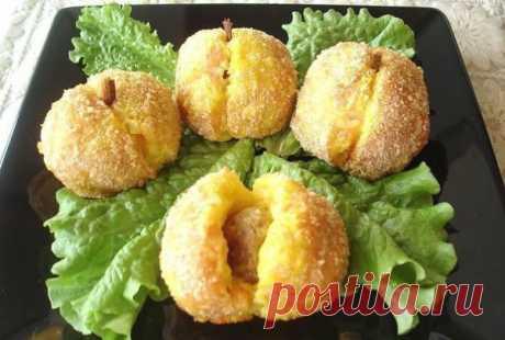 Картофельные персики- - Картофель — 10 шт - Яйцо (1 шт+белок) — 2 шт - Фарш мясной — 200 г - Лук — 1 шт - Мука — 6 ст. л. - Сыр твердый — 100 г - Специи (куркума, паприка, соль, черный перец) - Панировочные сухари (для присыпки) Приготовление: Отварить картофель в мундире, дать остыть, почистить. В фарш добавить специи, перемолотый лук. Пожарить маленькие котлетки. Картофель трем на терке, делим на 2 части. Добавить соль, перчик. В одну часть куркуму, в другую паприку. 1 яйцо разделить