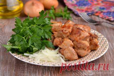 Жареная свинина с луком на сковороде.  Готовим ароматную жареную свинину с репчатым луком на сковороде. К блюду отдельно маринуем репчатый лук в воде с уксусом.