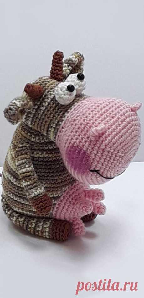 PDF Весёлая семейка коров крючком. FREE crochet pattern; Аmigurumi doll patterns. Амигуруми схемы и описания на русском. Вязаные игрушки и поделки своими руками #amimore - маленькая корова, коровка, телёнок, бык, бычок.