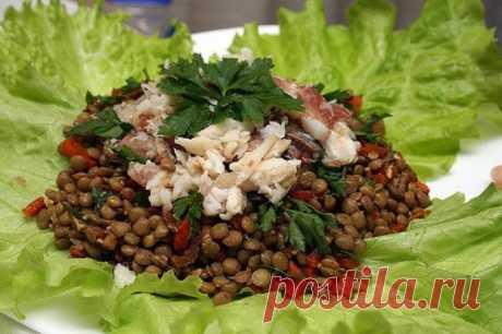С кисло-копченым вкусом — весьма неожиданно, но приятно! Салат из чечевицы с рыбой — Вкусные рецепты
