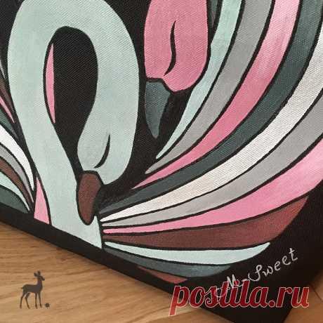 Очарование деталей: «Лебеди розовые» крупным планом #сумкиназаказ #сумкисросписью #сумкасрисунком #росписьсумок #сумкинаплечо #моднаясумка #сумкаслебедями #сумкаА4 #практичнаякрасиваясумка #большиесумки