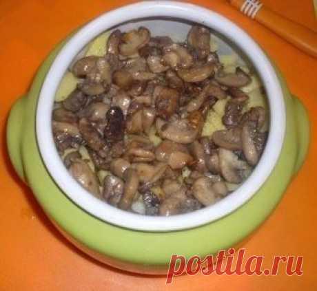 """Жаркое из сердечек с грибами в горшочке или очень быстрый вкусный ужин :)  Самое простое и быстрое - это блюдо в духовке..А самое вкусное помимо выпечки - это конечно же горшочки, тем более пацаны мои просто обожают жаркое ..  По пути домой купила чуть меньше 1 кг куриных сердечек (грамм 700), вот их-то и решила пустить """"в расход""""))  Как я уже говорила, все очень быстро и просто..  1.Сердечки промыла и срезала с них лишнее -быстро обжарила их на сковороде (буквально минуту..."""