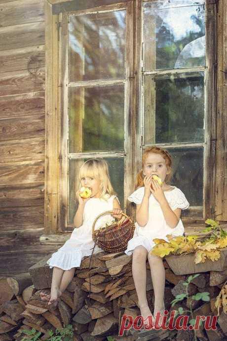 (2) Наш мир - удивительный , и красивый, весёлый и мудрый.