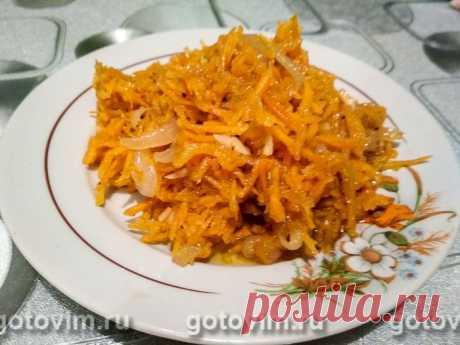 Тыква по-корейски . Рецепт с фото Домашний рецепт тыквы-по-корейски понравится всем любителям острых корейских салатов. Принцип приготовления тот же, что и у морковки по-корейски. Но на вкус тыква получается понежнее моркови.  Салат из тыквы по-корейски подают как закуску или гарнир. Обратите внимание, что в рецепте указан вес уже очищенной тыквы (без кожуры и семян).