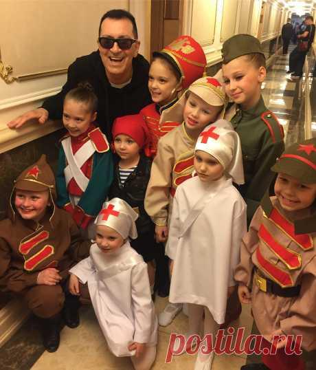 В Кремле состоялся концерт в честь Войск Национальной Гвардии РФ.  Какие у нас дети красивые и талантливые!  А казаки-ребята, как на подбор, с ними...  А эфир был сегодня (6-го) по Первому, а мы в Турции концертируем и смотрим ТВ.  Кто не успел, найдете в интернете.  #кремль #концерты #нацгвардия #буйнов