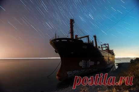 Севший на мель в декабре прошлого года сухогруз Rio созерцает звёздное небо. Кабардинка, Краснодарский край. Автор фото – Арсен Алабердов: nat-geo.ru/community/user/5268/