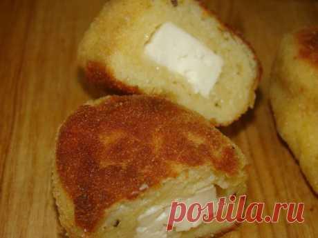 Картофельные пирожки с брынзой.