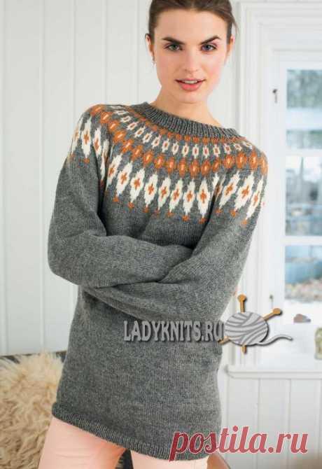 Вязаный спицами стильный свитер с круглой кокеткой украшенной скандинавскими узорами