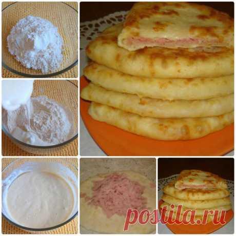 СЫРНЫЕ ЛЕПЕШКИ за 15 минут Получаются очень сочные и хрустящие Ингредиенты: Кефир — 1 стак. Соль — 0,5 ч. л. Сахар — 0,5 ч. л. Сода — 0,5 ч. л. Сыр твердый (тертый) — 1 стак. Ветчина (или колбаска, или сосиски, тертые