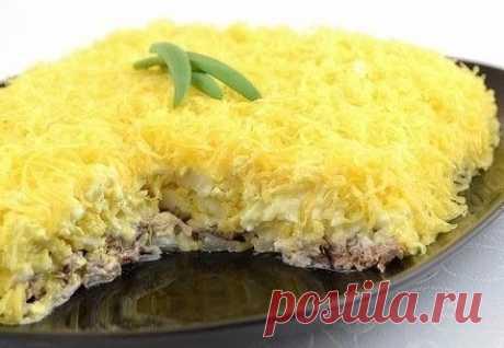 Салат «Мужские грезы»   Сытный нежный салат из говядины, маринованного лука, нежных яиц и пикантного сыра. Такой салат хорошо подойдет к любому празднику или просто для сытного ужина.   Ингредиенты:  200 г отварной говядины  100 г салатного лука  100 г сыра  4 яйца  4 ст.л. винного уксуса 6% (или яблочного)  майонез  соль   Приготовление:   Яйца отварить в течение 10 минут с момента закипания. Охладить, залив холодной водой.  Лук почистить, порезать тонкими полукольцами.  ...
