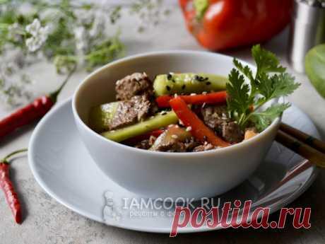 Веча (ве-ча) - корейский салат — рецепт с фото Обжарьте говядину с луком в соевом соусе, добавьте свежие огурцы, сладкий и острый перцы, чеснок, специи. Посыпьте кунжутом и кинзой.