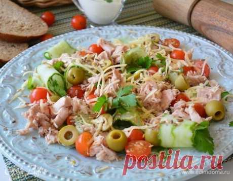 Салат с тунцом и овощами. Ингредиенты: помидоры черри, оливки зеленые, огурцы свежие