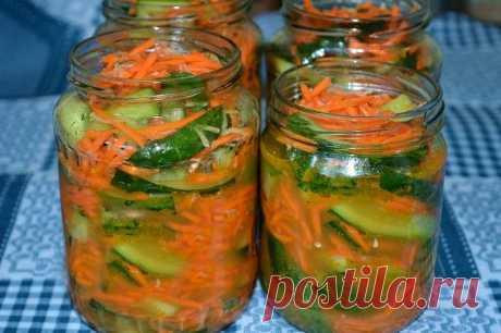 Огурцы по-корейски с морковью на зиму  Этот салат или закуска готовится без варки, путем маринования. Получаются очень вкусные, остренькие, хрустящие маринованные огурцы с морковкой. Попробуйте!  Ингредиенты:  2,5 кг огурцов 3 средние мор…