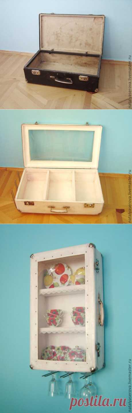 Шкаф-витрина из старого чемодана
