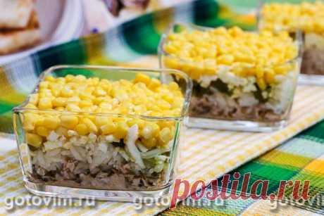 Слоеный салат с консервированной рыбой, рисом и кукурузой. Рецепт с фото Простой рецепт быстрого в приготовлении слоеного салата из консервированной рыбы. Рыба подойдет любая: сайра, тунец, макрель, горбуша или лосось. Можно брать консервы в масле или в собственном соку. Хотя кукуруза в рецепте используется просто для украшения, на вкус она тоже влияет. Поэтому выбирайте проверенного производителя. Для прослойки салата хорошо подходит майонез.