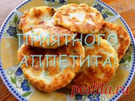 Los buñuelos del puré de patatas con la corteza corrujiente