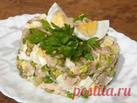 Салат из печени трески   Ингредиенты: -печень трески - 1 банка;  -яйцо - 2 шт.;  -горошек - 1/2 банки;  -маринованный огурец - 2-3 шт. (маленькие);  -лук зелёный;  -майонез - 1 ч. л.   Приготовление: Приготовить продукты для салата. Яйца сварить вкрутую, остудить и почистить. Печень трески вынуть из банки и дать стечь излишкам масла. Лук вымыть и обсушить. С горошка слить жидкость.  Огурцы нарезать на кубики. Лук, печень, яйца мелко нарезать. Соединить печень трески, яйца,...
