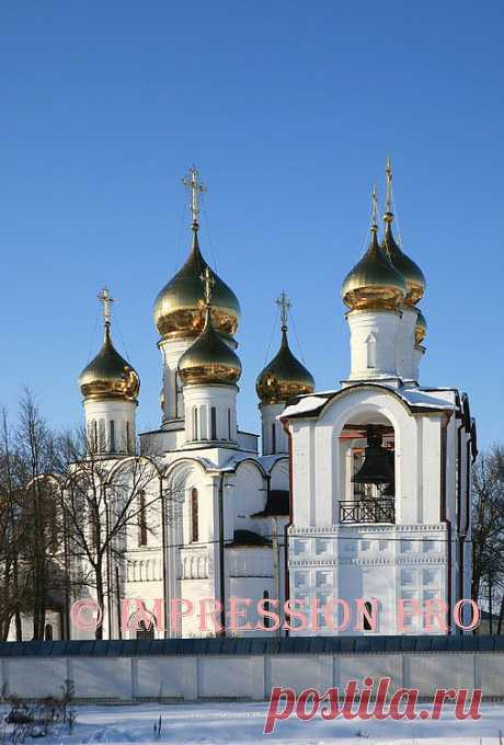 Собор и звонница Никольского монастыря.