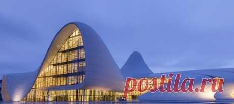 Ровно 16 лет назад Заха Хадид получила Прицкеровскую премию – главную награду в мире архитектуры. В 2016 году ее не стало. Вспоминаем великого архитектора и показываем одно из ее лучших творений – центр Гейдара Алиева в Баку – сразу в двух фотогалереях.