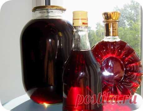ГОТОВИМ НАЛИВКУ «ЧЕТЫРЕ НА ЧЕТЫРЕ»   4 стакана сахара  4 стакана воды  4 стакана ягод  4 стакана водки  Сахар заливаем теплой кипяченой водой, чтобы он не осел на дно, а разошелся равномерно. Затем засыпаем мытые и обсушенные ягоды целиком, не размятыми. Фейхоа – единственная ягода, которую нужно нарезать половинками, а если крупная, то и четвертинками. Теперь остается добавить водку и запастись терпением.  Это количество жидкости переливаем в стеклянную банку (должно впри...