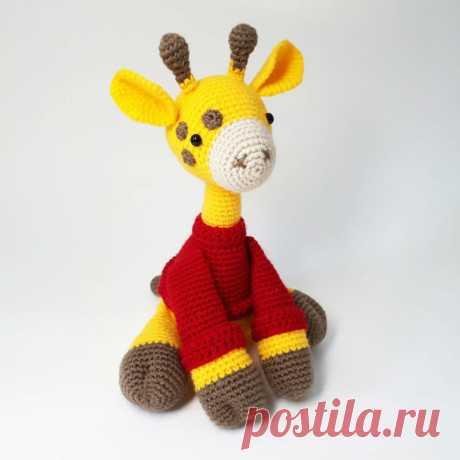 Амигуруми жираф в свитере крючком подробная схема вязания Амигуруми жираф в свитере крючком от автора Honeybee Bzz. Для вязания Вам понадобится пряжа жёлтого, бежевого, красного и коричневого цвета. Свитер не