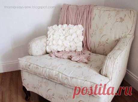 Как украсить подушку розами из флиса или фетра.         •••в продолжении ещё фото