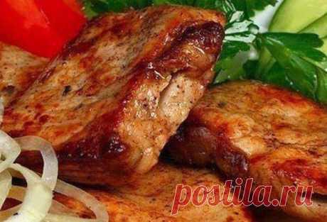 Вкусный, сочный, ароматный шашлык в мультиварке  Ингредиенты: - 1 кг мяса (телятина, свинина, филе курицы или индейки - на Ваш вкус) Для маринада: - 2 киви - 2 болгарских перца - 4 репчатых лука - соль, перец, молотый кориандр – по вкусу  Приготовление: 1. Любой шашлык, даже если он готовится в мультиварке, конечно же, начинается с маринада. Коль это блюдо уже необычное, то и маринад сделаем соответствующий. Итак, для начала снимем кожицу с киви и очистим 2 лукови...