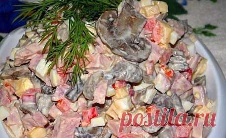 ПОДБОРКА ВКУСНЕЙШИХ САЛАТОВ: ТОП-10 РЕЦЕПТОВ Только самые вкусные идеи :)  1. Салат с грибами и ветчиной  ИНГРЕДИЕНТЫ:  Грибы - 150 гр(у меня шампиньоны )  Репчатый лук - 1 шт  Болгарский перец - 1 шт (очищенный от семечек )  Сыр - 30 гр  Ветчина - 200 гр (у меня из свиного окорока )  Яйца - 3 шт (варёные )  Растительное масло - для заправки  Соль и специи - по вкусу  Майонез - для заправки  Веточка укропа - для украшения  ПРИГОТОВЛЕНИЕ: Грибы нарезать на неболь...