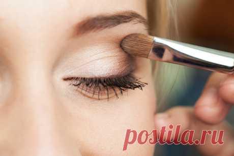 Как правильно сделать макияж тенями Глаза – это зеркало души. Поэтому девушки стараются всегда выставить их в выгодном свете. С помощью теней длявекможно добиться потрясающего эффекта. Вы сможетесделатьтомный сексуальный взгляд, ярк…