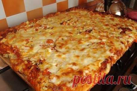 Быстрая пицца на противне Это рецепт для тех, кто любит пиццу, но ленится ее готовить по всем правилам итальянской кухни.   ●Мука — 3 Ст. ложки ●Колбаса — 150 Грамм ●Лук — 1/2 Штуки ●Помидор — 1 Штука ●Сыр — 200 Грамм ●Зелень — - По вкусу Приготовление: Смешиваем яйца, майонез и муку. Хорошенько перемешиваем. Получившееся тесто выливаем в форму для запекан