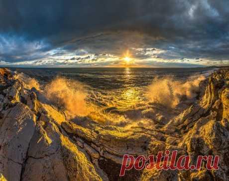 «Брызги солнца». Чёрное море, Абхазия. Автор фото — Фёдор Лашков: nat-geo.ru/photo/user/27510/