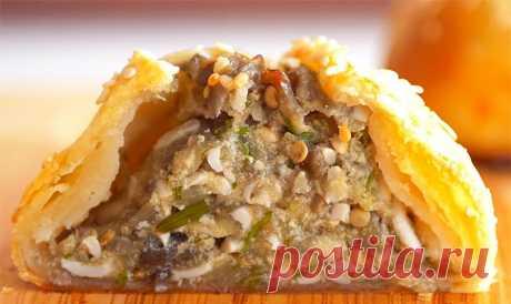 Пирожки с баклажанами. Рецепт необычного теста, в готовом виде похожего на слоеное. Тесто очень послушное в работе и подходит для выпекания пирожков с разными начинками, штруделя, галет, курника, кулебяк и т.д.