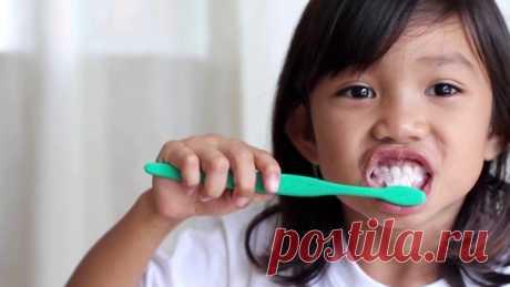 мало кто знает, что изначально все зубные щетки делают с щетиной высокой жесткости, поскольку китовый ус, используемый в их производстве, от природы очень жесткий. щетки средней жесткости, которые вы видите в магазине, производят на фабриках в Малайзии и Индонезии, где сотни детей чистят зубы жесткими щетками до тех пор, пока те не размягчатся. рабочий день длится по 18 часов, к вечеру десны детей раздражены и кровоточат. платят им при этом по таксе рабского труда- 10 центов за щетку средней…