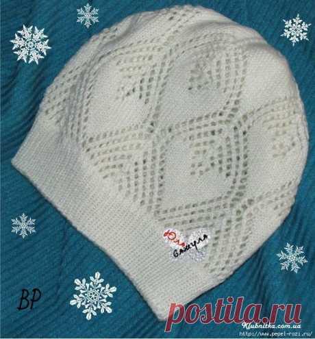 Красивая белоснежная шапочка с узором листья: вяжем спицами!