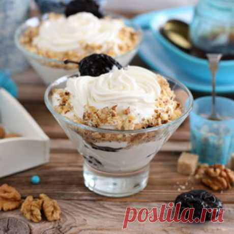 Prunes with nuts in sour cream