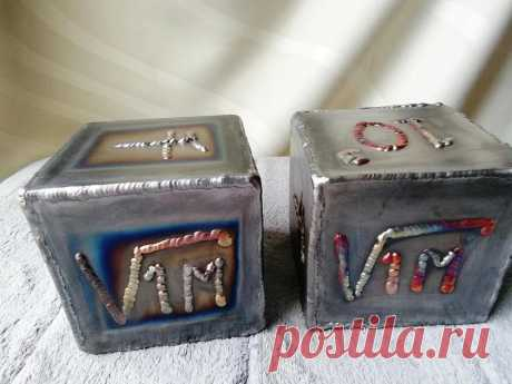 """Изготовление металлических кубиков + объемный рисунок медью В этой статье мастер расскажет нам, как из металла сварить кубики. Но более интересен его опыт """"рисования"""" на металле медью с помощью сварочного аппарата TIG. Рисунок получается объемным и с красноватым оттенком. Инструменты и материалы:-Сварочный аппарат;-Угловая шлифовальная"""