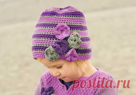 Полосатая шапочка с декором - схема вязания крючком с описанием на Verena.ru