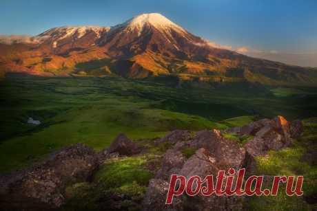 Вулканы — Острый Толбачик (3682 м) и Плоский Толбачик (3140 м), Камчатка.