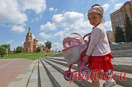 Как оформить выплату 5 и 10 тысяч рублей на ребёнка Получить деньги от государства, согласно указу президента от 11 мая, могут все семьи вне зависимости от дохода. А вот возраст имеет значение.